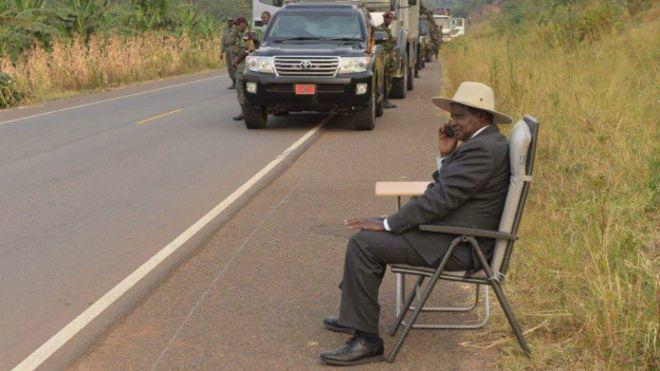 Museveni aketi barabarani kupokea simu