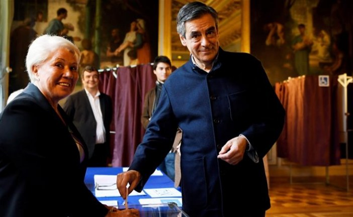 France's Fillon projected to win conservative primary