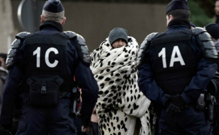 Paris police clear hundreds of migrants from jungle tent camp