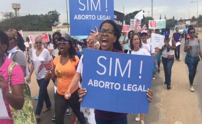 Angolanas protestam contra novo código penal, que proíbe aborto sem excepções